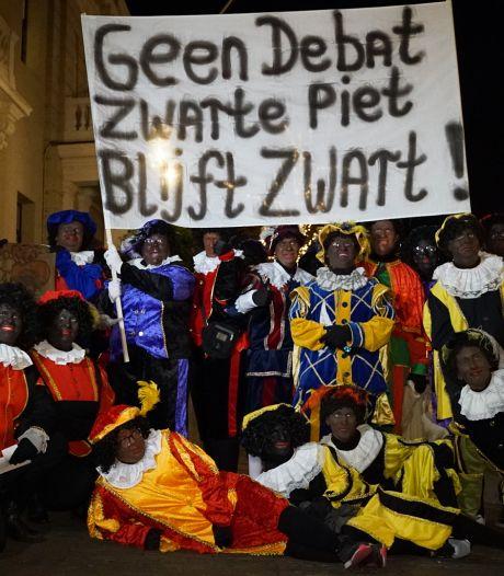 Voorstanders Zwarte Piet demonstreren in Deventer, raad praat vooral over ja/nee-sticker, verkeerscamera's en stikstof