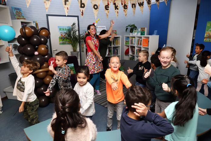 Na de boekpresentatie doen de kinderen een pinguïndans met Clown Kim.