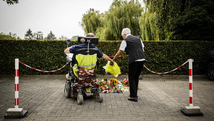 Mensen leggen bloemen op de plek waar Linda werd doodgeschoten