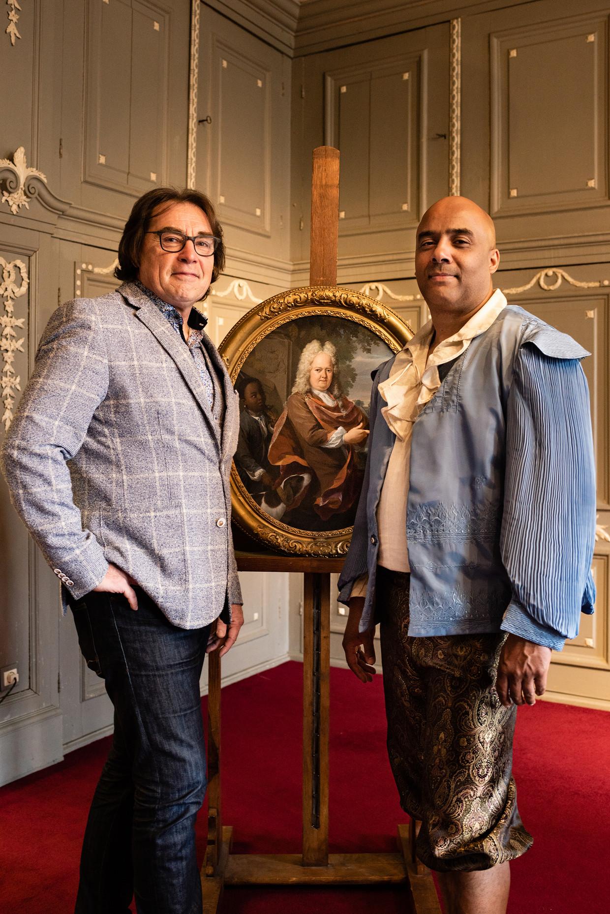 Museumdirecteur Ad Geerdink van het Westfries Museum (links) en Julian Wijnstein. Die laatste vertolkt het perspectief van een 18de-eeuwse slaafgemaakte bij 'vertelwandelingen' door Hoorn.