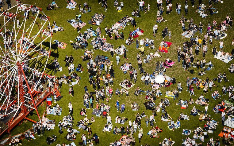 Publiek vanuit de lucht op het bevrijdingsfestival in Zwolle Beeld anp