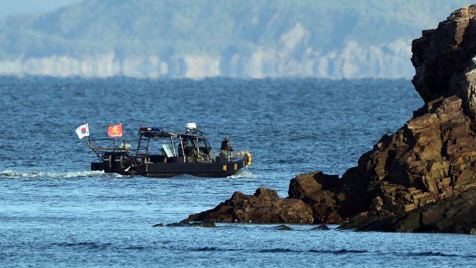 Een beeld van de zoektocht naar de resten van een door Noord-Korea doodgeschoten man en zijn vlot.