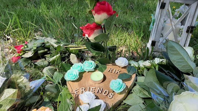 Bloemen voor Rik van de Rakt, in het gras naast de Julianasingel.