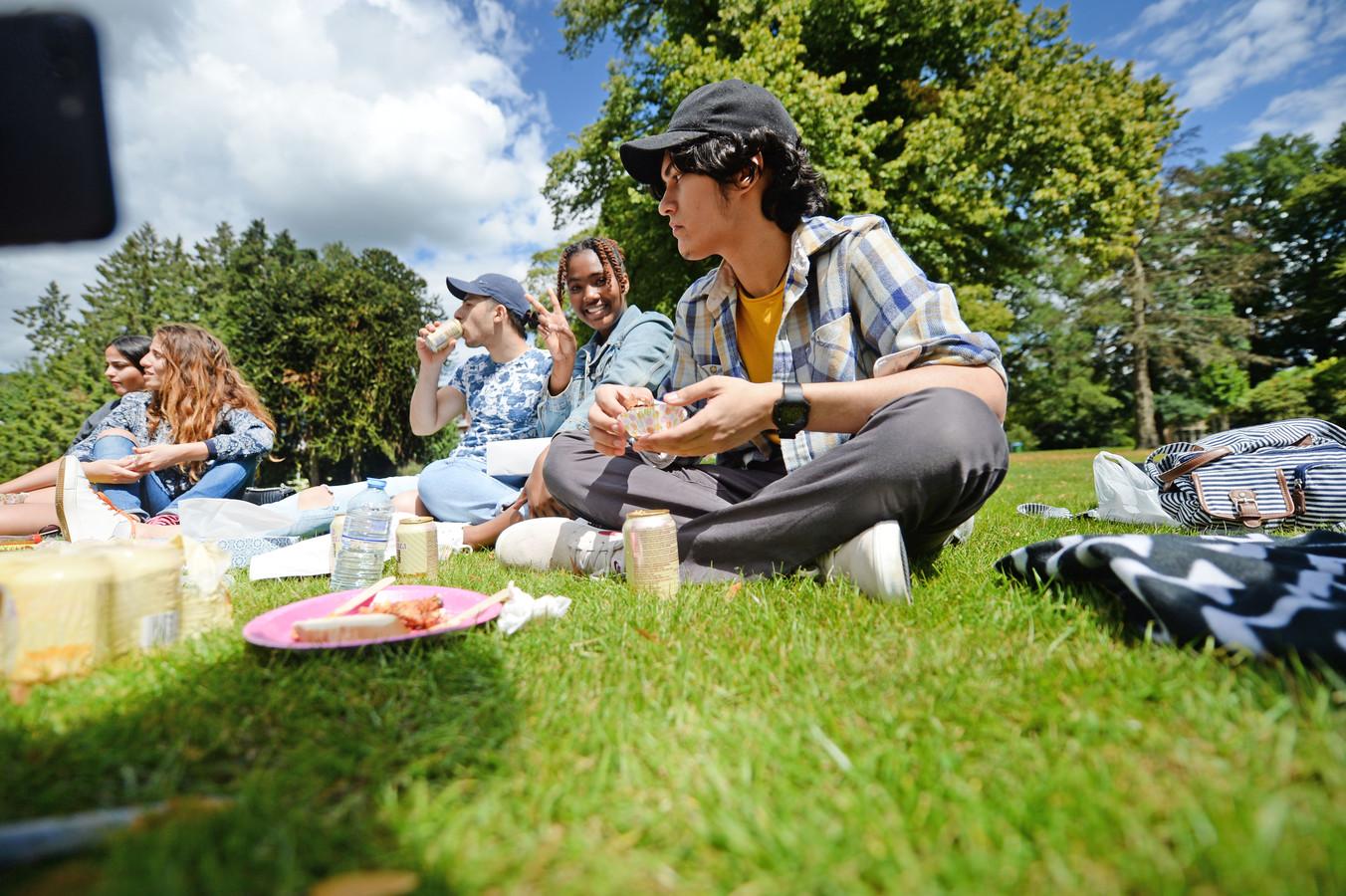 Internationale studenten van het Saxion zijn ook in de zomer nog aanwezig in de steden. Soms kunnen ze niet terug naar hun thuisland, maar er zijn ook groepen die tijdens corona juist liever in Nederland zijn.