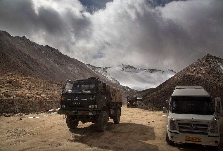 Een vrachtwagen van het Indiase leger steekt in 2018 de grens bij China over, nabij het betwiste gebied rond bergmeer Pangong Tso.  Beeld AP