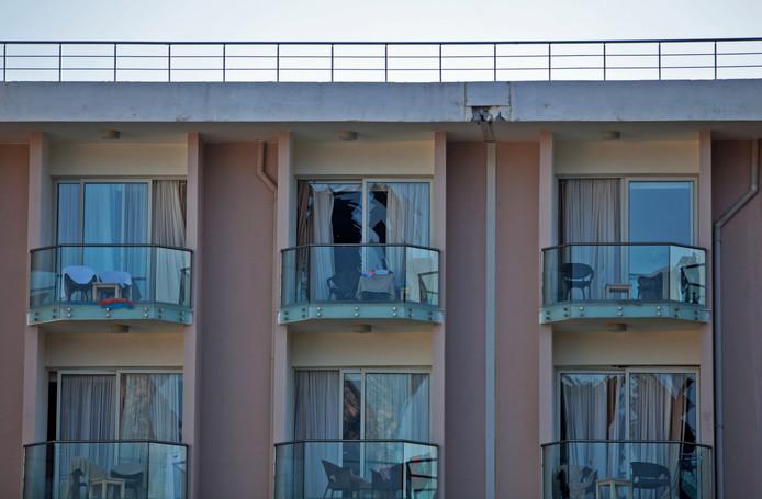 Ook ramen op de balkons van de kamer zijn gesprongen door de explosies.