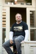 Rob Kip in een van zijn honderd Okimono-shirts.