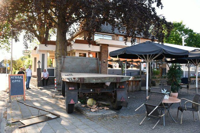 Op de Dorpstraat in Den Ham heeft vrijdagavond een tractor zijn aanhanger verloren. De aanhanger kwam terecht op het terras van Café restaurant De Beuk.