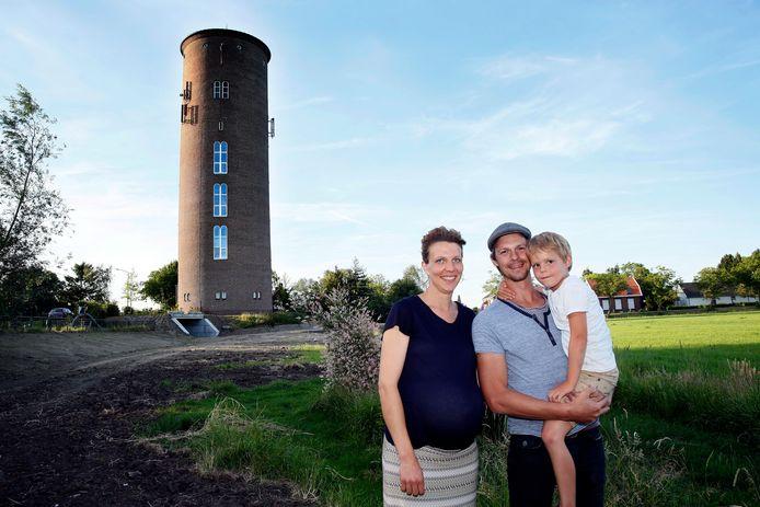 Jet, Job en zoontje Bram van 5 wonen sinds een half jaar in de watertoren van Uppel.