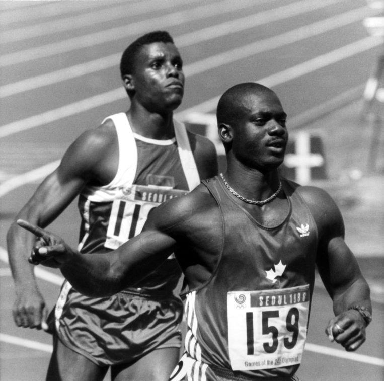 De Olympische Spelen van 1988: Ben Johnson wint de 100 meter in 9.79 seconden, maar wordt gediskwalificeerd. Carl Lewis, op de foto achter Johnson, wordt aangewezen als nieuwe winnaar. Beeld anp