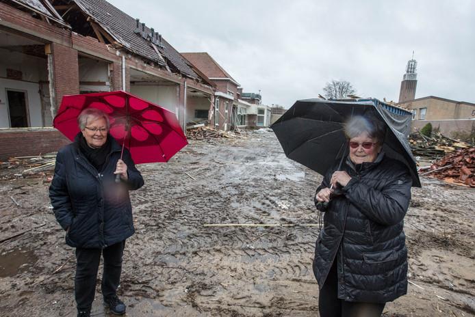 Oud-leerlingen bij de Mariaschool in Someren-Eind toen die onlangs gesloopt werd.