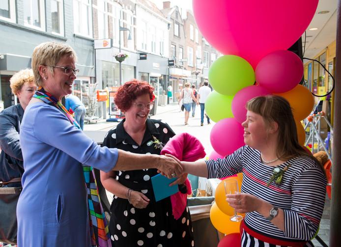 Felicitaties bij de opening van De Smulkamer in Goes; in het midden staat unitmanager Marianne van Hekke.