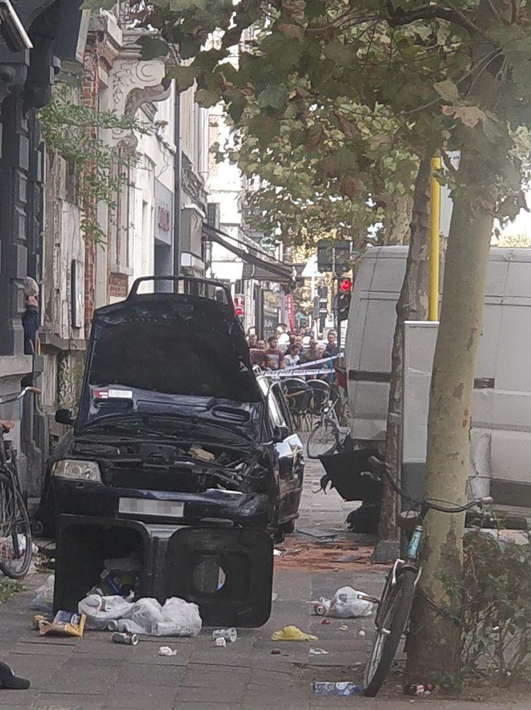 De bestuurder van de gestolen wagen knalde tegen de gevel van een kantoor van Vlaams Belang in de Van Maerlantstraat.