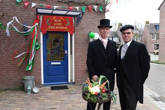 Het huis van Jan Termeer (links) en Jos Verheijen is al flink versierd. Hier staan ze in de pakken dat ze droegen tijdens de ondertrouwceremonie.