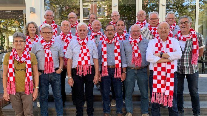 De vrijwilligers van de buurtbus in Keldonk hebben allemaal een sjaal gekregen van de provincie Noord-Brabant als bedankje voor 40 jaar buurtbus.