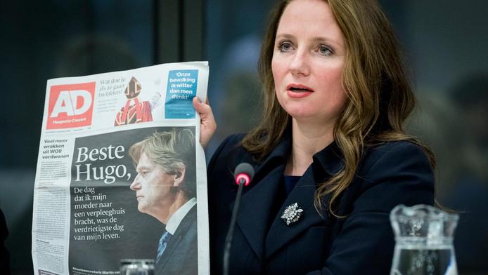 Fleur Agema (PVV) met het AD, waar vandaag de brief van staatssecretaris Van Rijn in stond.