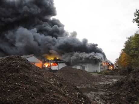 Grote brand in loods in Oeffelt, rookpluim trekt richting Cuijk