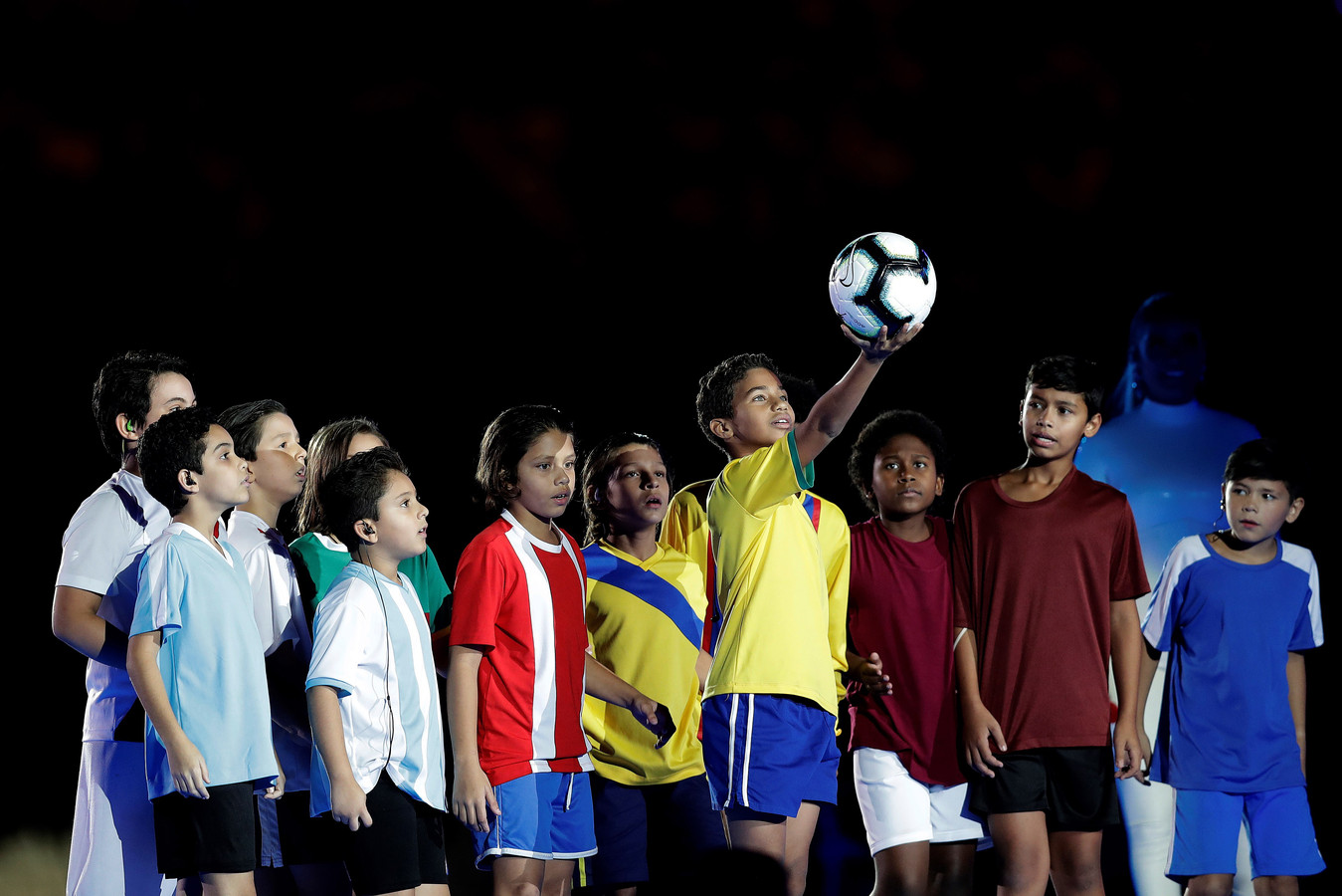 Voor het duel brachten tijdens de openingsceremonie kinderen gehuld in de shirts van alle deelnemende landen de wedstrijdbal het stadion binnen.