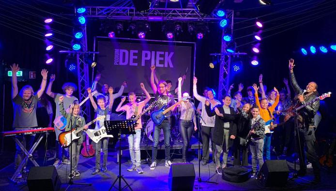 Muzikanten, onder wie veel jongeren en leerlingen, in De Piek zijn blij met apparaar en instrumenten die Bløf beschikbaar heeft gesteld.