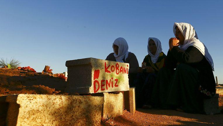 Turks-Koerdische vrouwen rouwen bij een begrafenis van omgekomen Koerdische strijders die zijn omgekomen tijdens de slag om Kobani. Beeld reuters