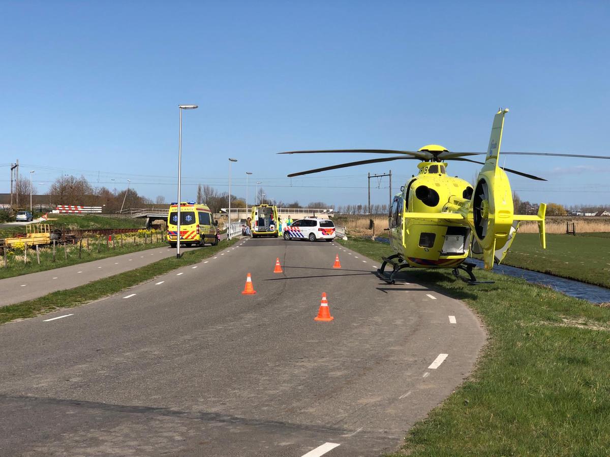 Een wielrenner is vanmiddag op de Zuidelijke Dwarsweg in Moordrecht gewond geraakt.