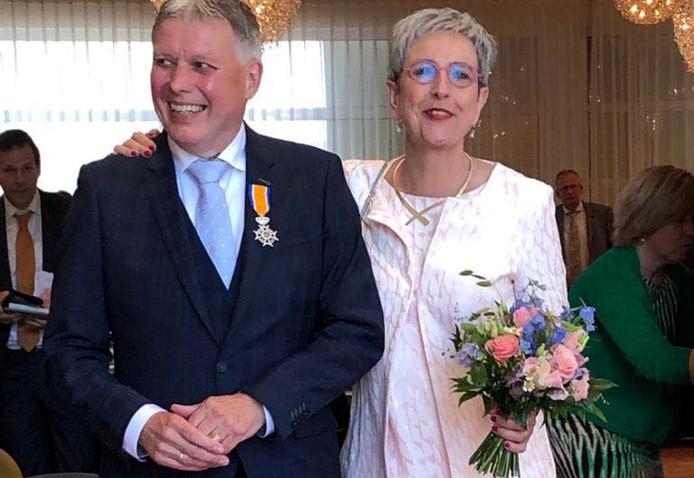 Henk Robben vrijdagmiddag net na zijn benoeming tot Ridder in de Orde van Oranje Nassau. Rechts zijn echtgenote Annemiek.