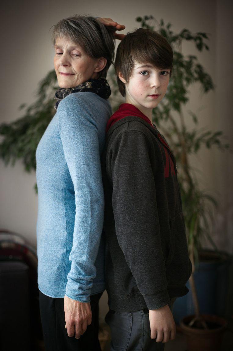 De 15-jarige Tom Watkins met zijn moeder. Beeld Joost van den Broek / de Volkskrant