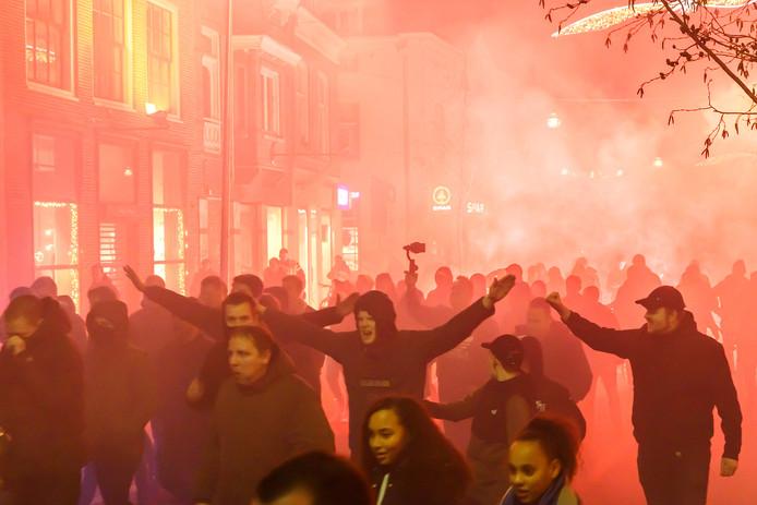 De zogenoemde 'Walk to the stadium, Corteo' is gaande. De PEC-supporters steken vuurwerk af.