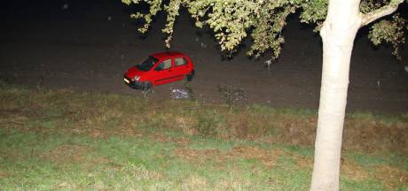 Auto schiet dijk af en belandt op akker in Sint-Maartensdijk, bestuurder gewond