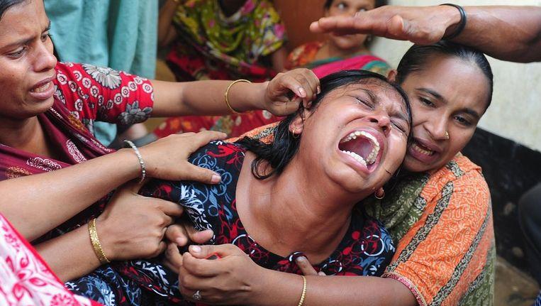 Nabestaanden van de slachtoffers in Bangladesh. Beeld afp