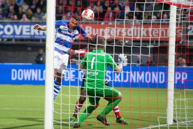 Sparta's doelman Tim Coremans en verdediger Fankati Dabo konden deze kopbal van Nabil Bahoui niet stoppen.   Beeld VI Images