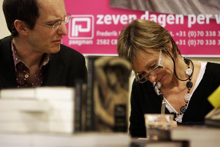 Het Britse schrijversechtpaar Nicci Gerard en Sean French tijdens een signeersessie. Beeld ANP