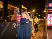 Hutjemutje in de bus, en dat in coronatijd: mag dat wel?