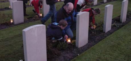 Kaarsen op de oorlogsgraven in Vlissingen op kerstavond