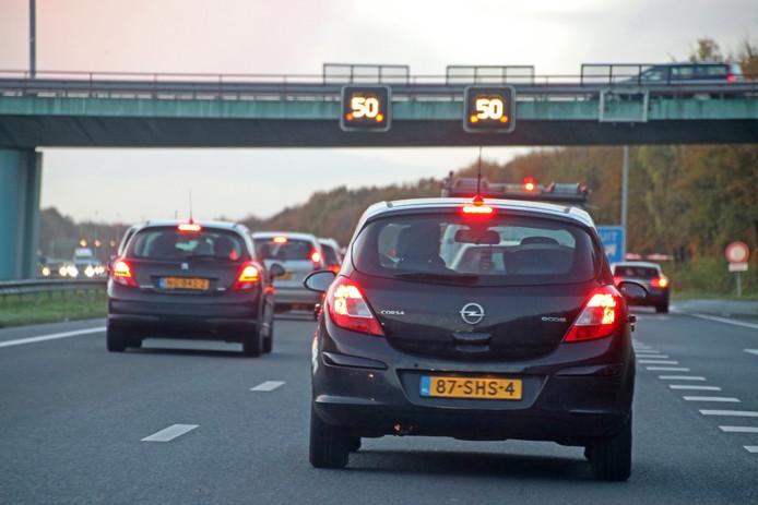 File op de A27, een vrijwel dagelijks beeld. Verbreding tussen Houten en knooppunt Hooipolder moet daar een eind aan maken. Alleen het laatste stukje tussen Hooipolder en Breda blijft tweebaans.