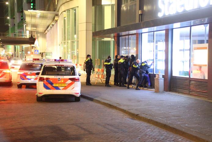 Vijf jongens zijn vannacht aangehouden na een vermeende vechtpartij tijdens de Koningskermis in Den Haag.