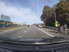 Jongedame fietst al bellend over vluchtstrook van A4, ter hoogte van Rijswijk