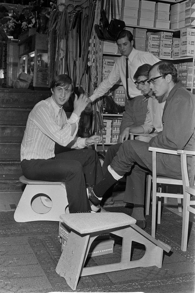 In de sportzaak op de Elandsgracht die hij met zijn broer Henny (tweede van links) had overgenomen, 1968 Beeld ruud hoff/anp
