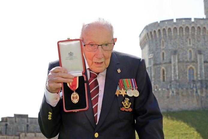 Captain Tom Moore met zijn medaille.