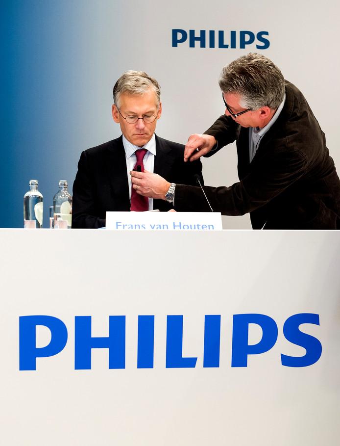 Bij de presentatie van de jaarcijfers over 2015 wordt de stropdas van Frans van Houten voorzien van een microfoontje.