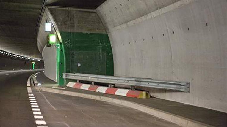 De bus reed met hoge snelheid tegen deze tunnelwand.