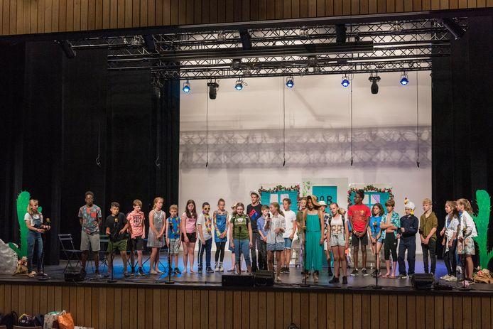 Leerlingen van OBS De Triolier repeteren voor de schoolmusical. Dat deden ze vanwege de coronamaatregelen in de grote zaal van gemeenschapshuis De Borgh (foto ter illustratie).