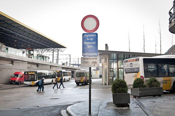 De feiten gebeurden ter hoogte van het busstation in Roeselare.