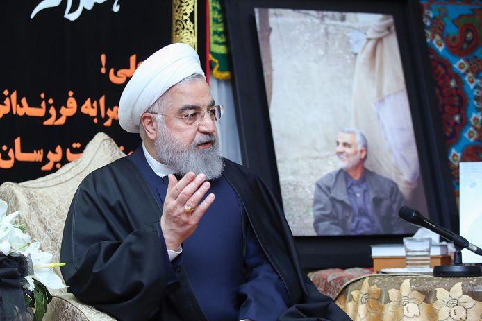 President Hassan Rouhani naast een foto van de door de Verenigde Staten vermoorde Iraanse generaal Soleimani,