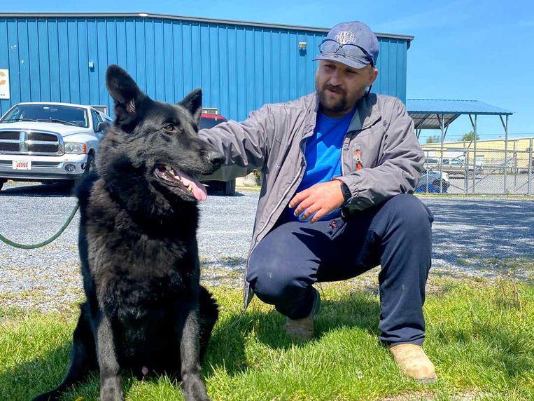 Cavaja Holt met de hond, Jett, waarvan hij het leven redde.