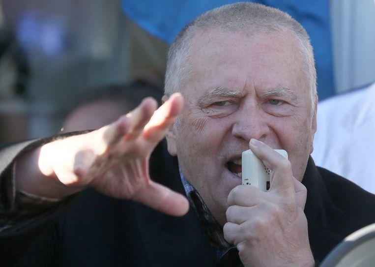 Tientallen aanhangers van de rechts-populistische leider Vladimir Zjirinovski demonstreerden afgelopen zaterdag bij de Nederlandse ambassade in Moskou. Ze betoogden tegen de behandeling van de Russische diplomaat Dmitri Borodin, die een week eerder door de politie in Den Haag is gearresteerd. Beeld epa