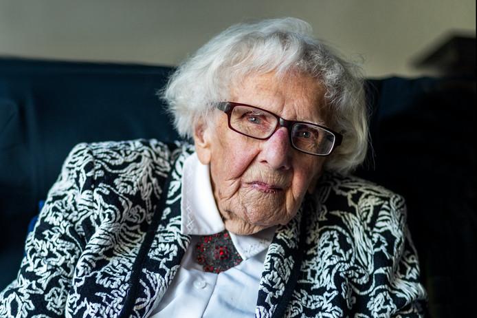 De 100-jarige Maria Piël, bewoonster van zorgcentrum Tuindorp-Oost komt in opstand tegen zorgorganisatie Careyn.