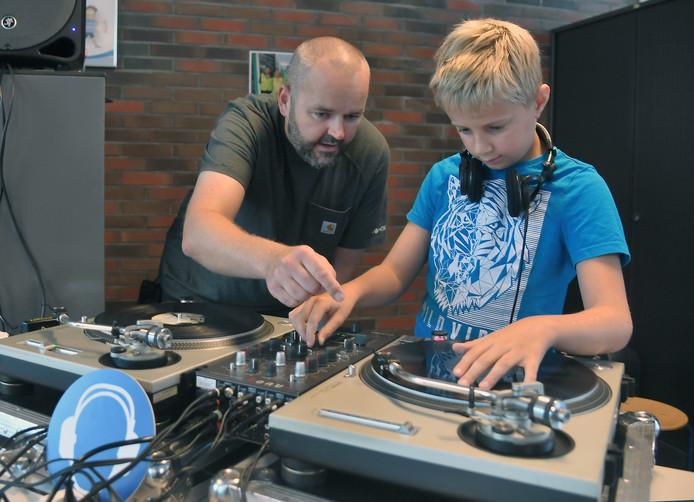 Lukas van Velsen wil dj worden en krijgt aanwijzingen van DJ Vindictiv.
