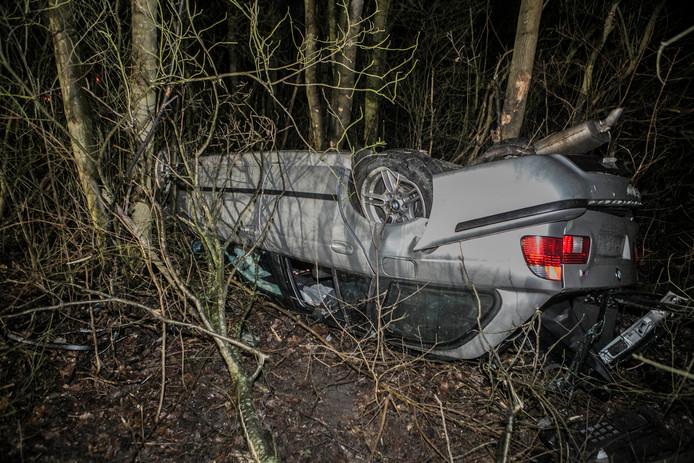 De auto is door nog onbekende oorzaak van de weg geraakt en op de kop in een sloot beland.