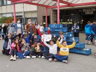 Basisschool Het Molentje overhandigt berg droge voeding aan sociale kruidenier